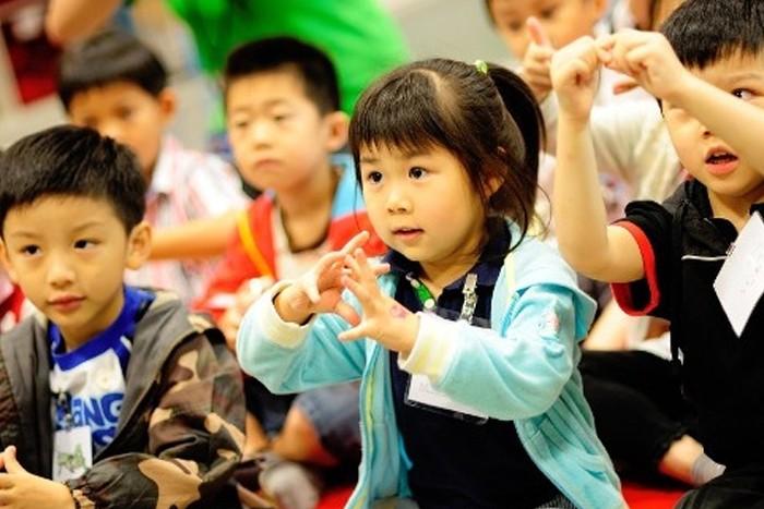 Autism Partnership AP Hong Kong認知行為分析治療 拆細技能教自閉童DTT自閉症 發問 臨床心理學家 行為顧問 治療師 ABA 應用行為分析 社交技巧 行為問題 協康 專業評估 個人化 治療 行為問題 語言 認知 家長培訓 教師培訓 到校支援 工作坊 孤獨症 國際認證 行為分析師 兒童訓練 大肌肉 小肌肉生活技能 早期教育及訓練中心 實證 專注力不足 度身訂造 課程 行為獎勵 實踐培訓 互動教學法 代幣 強化物 規則 習慣eating habit 缺乏專注力 攻擊性行為 自我刺激 感官反應刻板 固執 不合作 教導自閉症兒童的新穎方法 ABA教學 普通話 中國 內地 mainland國語 自發性 Q&A 溝通 發問問題 Ask question
